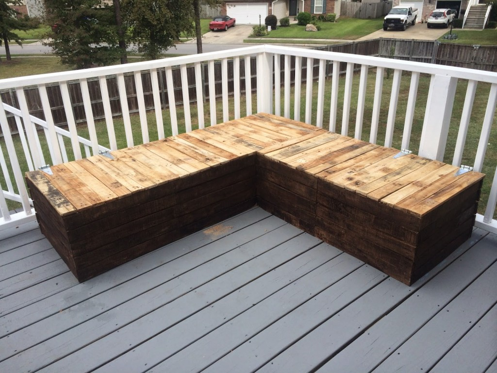 Diy pallet sectional for outdoor furniture like the yogurt for Outdoor deck furniture ideas