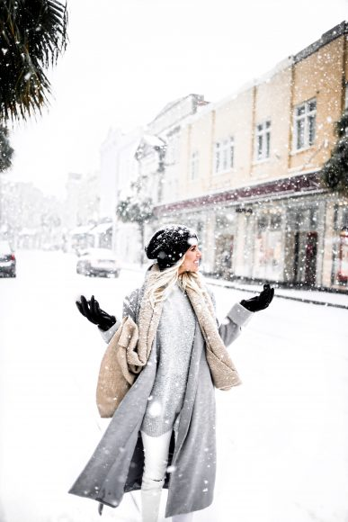 Snow in Charleston SC king street January 4th 2018 white skinny jeans gray wool long coat forever 21 black ankle boots beanie gray knit sweater turtleneck Charleston Fashion Blogger Dannon Like The Yogurt